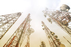 Technologie du sans fil d'antennes du mât TV de télécommunication avec bleu Photos libres de droits