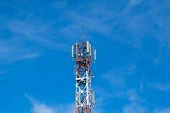 Technologie du sans fil d'antennes du mât TV de télécommunication avec le bleu Photo stock