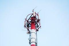 Technologie du sans fil d'antennes du mât TV de télécommunication avec le bleu Images stock