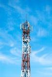 Technologie du sans fil d'antennes du mât TV de télécommunication avec le ciel bleu pendant le matin Photos stock