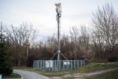 Technologie du sans fil d'antennes du mât TV de télécommunication avec le ciel bleu pendant le matin Photographie stock