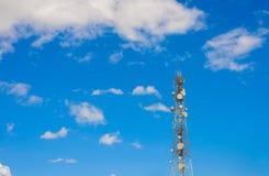 Technologie du sans fil d'antennes du mât TV de tour de télécommunication Photo stock
