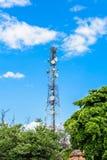 Technologie du sans fil d'antennes du mât TV de tour de télécommunication Photo libre de droits