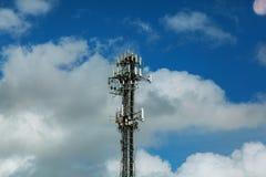 Technologie du sans fil d'antennes du mât TV de télécommunication avec le ciel bleu Photos stock