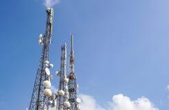 Technologie du sans fil d'antennes du mât TV de télécommunication avec le ciel bleu pendant le matin Images stock