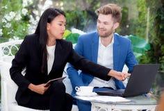 technologie en bureauconcept - twee bedrijfsman en vrouw met notitieboekje Royalty-vrije Stock Fotografie