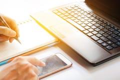 Technologie en huis het concept, sluit omhoog van handen met aanrakingstelefoon, voor het zoeken van gegevens in bureau Stock Afbeeldingen