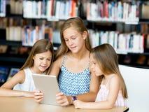 Technologie en pret in de bibliotheek Royalty-vrije Stock Afbeelding