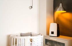 Technologie et santé Aérez l'humidificateur dans la chambre à coucher d'enfants à côté de la huche nouveau-née Image stock
