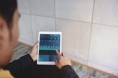 Technologie in Financiën en Bedrijfs Marketing Concept De grafieken en de Grafieken tonen op het Scherm van het Aanrakingsstootku stock foto's