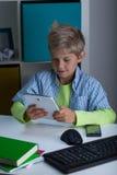 Technologie in het leven van de jongen Stock Foto