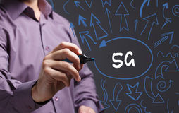 Technologie, Internet, affaires et vente Jeune homme d'affaires Image stock