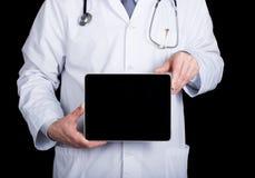 Technologie, Internet en voorzien van een netwerk in geneeskundeconcept - Arts die een tabletpc met het leeg donker scherm houden Stock Afbeelding