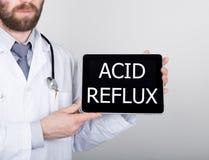 Technologie, Internet en voorzien van een netwerk in geneeskundeconcept - Arts die een tabletpc met zuur terugvloeiingsteken houd Royalty-vrije Stock Foto