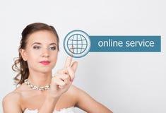 Technologie, Internet en voorzien van een netwerkconcept Mooie bruid in de kleding van het manierhuwelijk De bruid drukt de onlin Stock Afbeelding