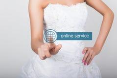 Technologie, Internet en voorzien van een netwerkconcept Mooie bruid in de kleding van het manierhuwelijk De bruid drukt de onlin Royalty-vrije Stock Afbeelding
