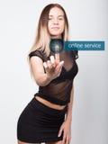 Technologie, Internet en voorzien van een netwerkconcept mooie vrouw in een korte zwarte rok en een transparante bovenkant vrouwe Stock Foto
