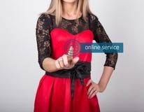 Technologie, Internet en voorzien van een netwerkconcept mooie vrouw in een rode kleding met kantkokers de vrouw drukt online Royalty-vrije Stock Foto's