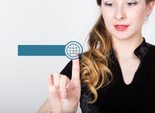 Technologie, Internet en voorzien van een netwerkconcept mooie vrouw in een zwart bedrijfsoverhemd de vrouw drukt de online diens Royalty-vrije Stock Foto's