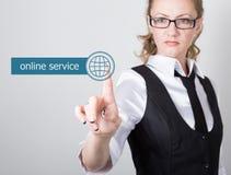 Technologie, Internet en voorzien van een netwerkconcept mooie vrouw in een zwart bedrijfsoverhemd de vrouw drukt de online diens Royalty-vrije Stock Afbeeldingen