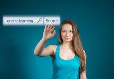 Technologie-, Internet- und Vernetzungskonzept Student, der das Knopfon-line-Lernen auf virtuellem Schirm bedrängt Stockfotografie