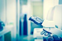 Technologie médicale brouillée de microscope photographie stock libre de droits