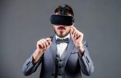 Technologie moderne d'instrument d'affaires L'homme d'affaires explorent la réalité virtuelle Technologie pour des affaires Surfa photo stock