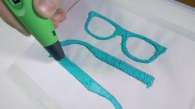 Technologie moderne Dessinant avec le stylo de l'impression 3D, produisant de vrais verres modernes banque de vidéos