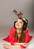 Technologie, Musik - lächelndes jugendlich Mädchen in den Kopfhörern Lizenzfreie Stockbilder