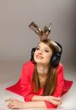 Technologie, muziek - glimlachend tienermeisje in hoofdtelefoons royalty-vrije stock afbeeldingen