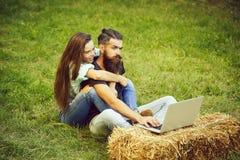 Technologie, Natur, hübsches Mädchen, das Stirnrunzeln, bärtigen Mann verwendet Computer umarmt stockfotos