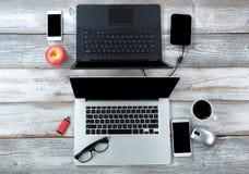 Technologie op witte Desktop voor bedrijfs of onderwijsgebruik met koffie en appel stock afbeeldingen