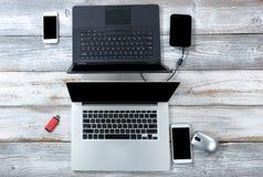 Technologie op witte Desktop voor bedrijfs of onderwijsgebruik royalty-vrije stock foto
