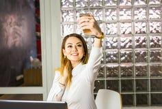 Technologie, photographie, et concept de personnes - femme heureuse prenant le selfie avec le smartphone ou l'appareil-photo Photos libres de droits