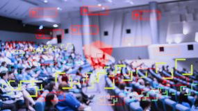 Technologie pour traiter des personnes de voie par le réseau sans fil et de satellites avec le système de balayage d'identité per image stock