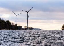 Technologie renouvelable de vent : les turbines d'énergie s'approchent du port de Kotka, Finlande Images libres de droits