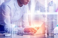 Technologie, toekomst en bureauconcept stock afbeeldingen