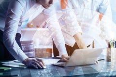 Technologie, toekomst, het coworking en vennootschapconcept stock afbeelding
