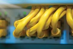 Technologie und Kommunikation, Service-Kabinette mit verbundenen Drähten, Schnüre lizenzfreie stockbilder
