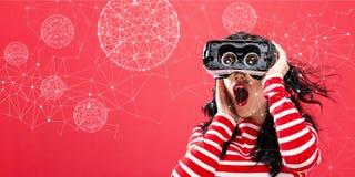 Technologie Veelhoekige Gebieden met vrouw die een virtuele werkelijkheidshoofdtelefoon met behulp van Stock Afbeeldingen
