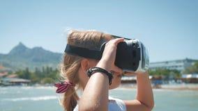 Technologie, vergroot werkelijkheid, cyberspace, vermaak en van het mensenconcept gelukkig verbaasd jong meisje die VR dragen stock footage