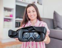 Technologie-Zukunftfrau der virtuellen Realität lizenzfreie stockbilder