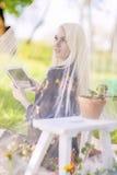 Technologieconcepten en Ideeën: Jonge Kaukasische Vrouw die Perso gebruiken Stock Foto's