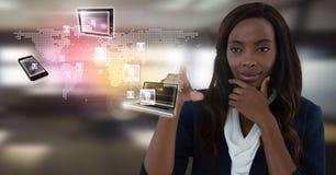 TechnologieGeräteschnittstelle und rührende Luft der Geschäftsfrau vor Bürofenstern Stockbilder