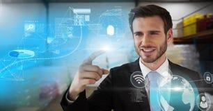 Technologieinformationsschnittstelle und rührende Luft des Geschäftsmannes im Lagerraum Lizenzfreie Stockfotos