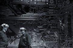 Technologieingenieure und riesiges Computerteil Stockfoto