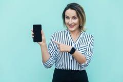 Technologiekonzept Nette blonde Geschäftsfrau, die Finger zeigt Stockfoto