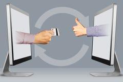 Technologiekonzept, zwei Hände von den Computern Hand mit Kreditkarte und den Daumen oben, wie Abbildung Lizenzfreies Stockfoto