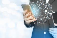 Technologiekonzepthintergrund, Geschäftsfrauhand, die intelligentes Telefon mit Vernetzung hält Lizenzfreies Stockbild