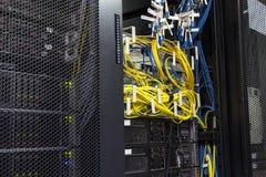 Technologienetz-Kabelnetzwerkserver-Raumrouter mit fusebox Platte stockfotografie